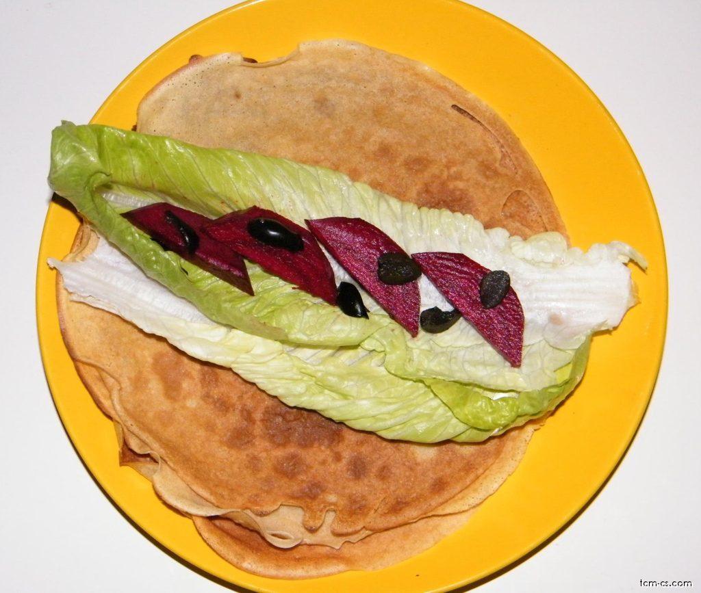 Celozrnná palačinka s římským salátem, červenou řepou a černými olivami