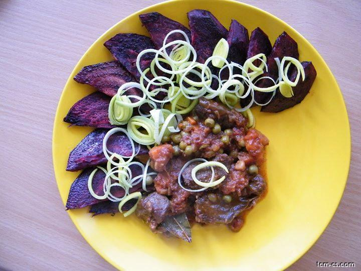 Dušené hovězí se zeleninou, řepou na olivovém oleji a pórkem