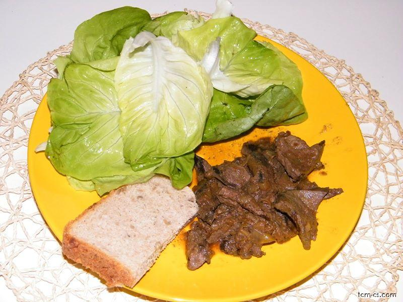Játra na cibulce s chlebem a hlávkovým salátem