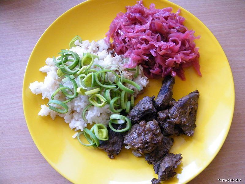 Játra na cibulce s rýží, čerstvým pórkem a salátem ze zelí a červené řepy